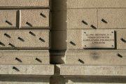 Az 1956-os Kossuth téri sortűz emléktáblája (fotó: Legeza Dénes                         István)