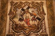 Passió - Cirenei Simon elveszi Jézustól a keresztet. Miseruha részlete (Fotó: Legeza Dénes István)