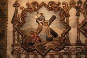 Passió - Jézust a keresztre szegezik. Miseruha részlete (Fotó: Legeza                         Dénes István)