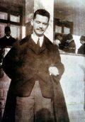 József Attila a földeáki községháza előtt (A József Attila c. diafilm                         részlete)