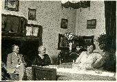 Dsida Jenő szüleivel és nagymamájával – A Petőfi Irodalmi Múzeum fotótárának tulajdona (fotó: ismeretlen szerző)