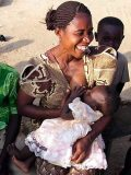 Ghánai gyermekét szoptató anya(fotó: Konkoly-Thege                         György)