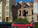 Béke és háború - A délszláv háború nyomai Mostarban, 2005 (Fotó: Vimola                         Ágnes)