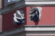 Épületsarok az Országház utcában Budapesten, az egykori Klarissza                         rendház épületén (fotó: Vimola Ágnes)